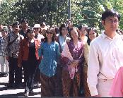 Walking from the groom's house to the bride's house in the desa